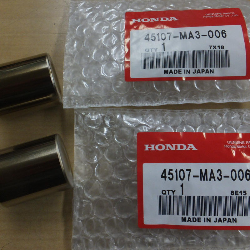 ♪CBR400R(NC23-100・101・・・)/リアブレーキキャリパー/ピストン/純正品/新品/1台分2個セット