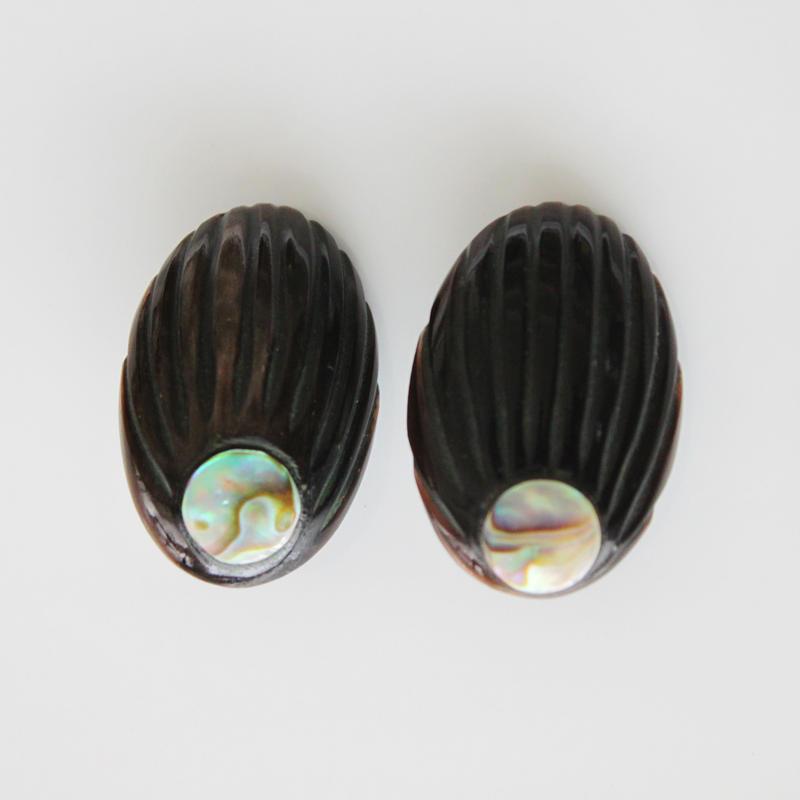 黒楕円シェルポイントのイヤリング〈フランス1980年代デッドストック〉