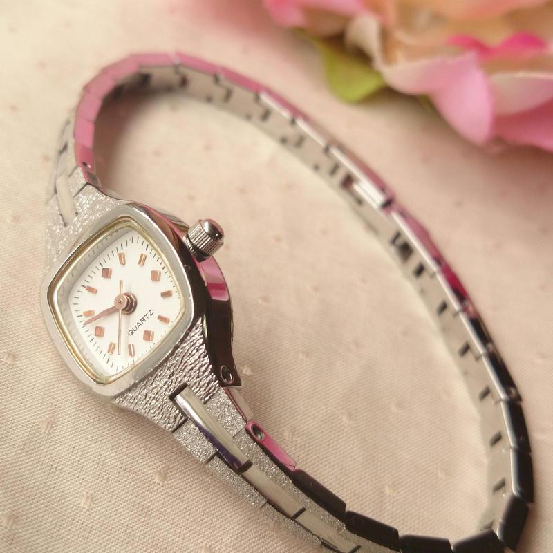 シルバーのシンプルな時計