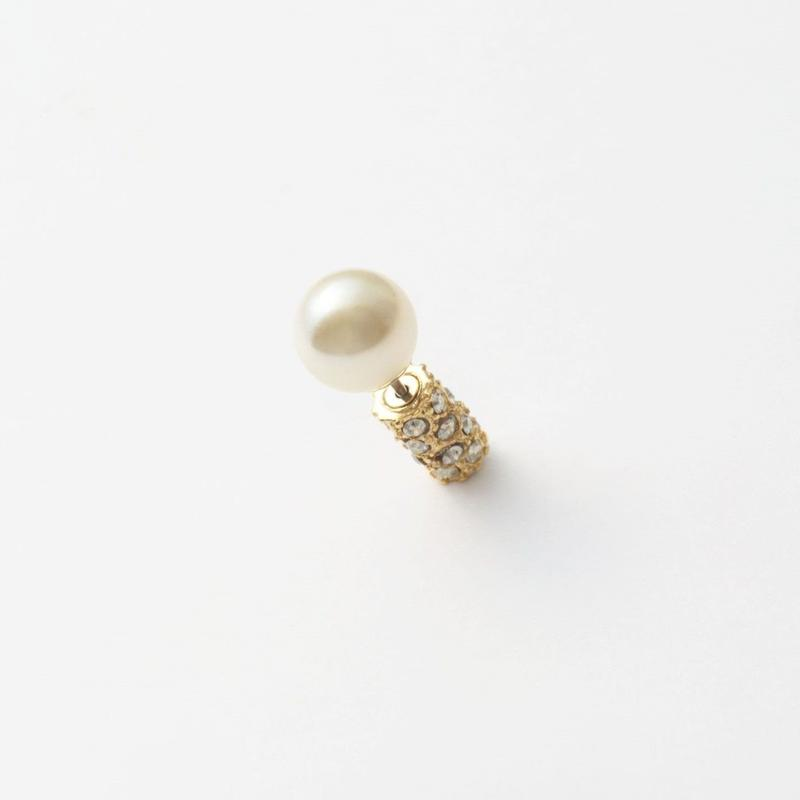 Gold catch pearl pierce
