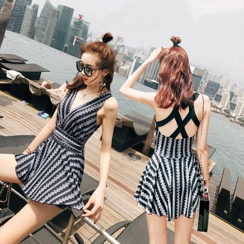 Vネック 花柄デザイン 可愛い ワンピース水着 クロスストラップ フレアスカート CUTE 韓国水着 FS056801