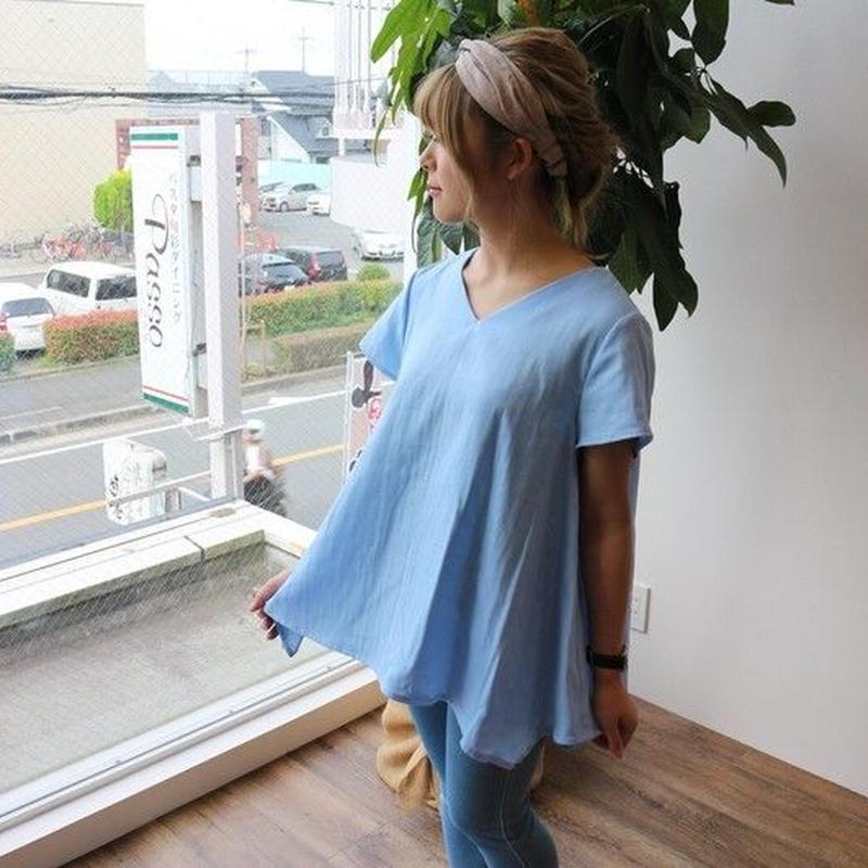 【半袖】ダブルガーゼで魅せる、Vネックフレアデザインブラウス(ミルキーブルー)