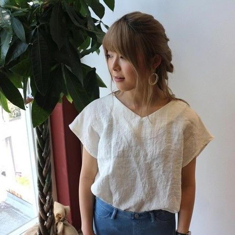 【リネンの服】ベルギーリネンで魅せる、Vネックフレンチスリーブデザインプルオーバーブラウス(ホワイト)