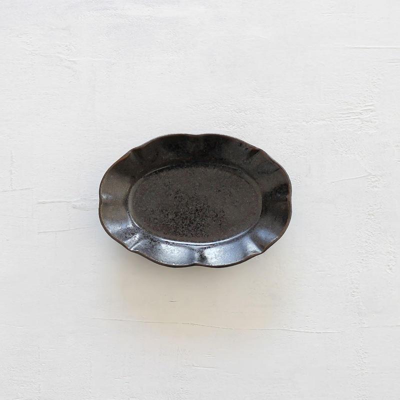 黒釉楕円輪花小皿