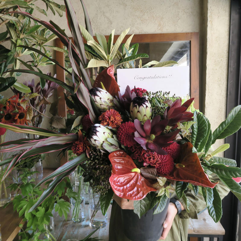 Seasonal arrangement / red-L