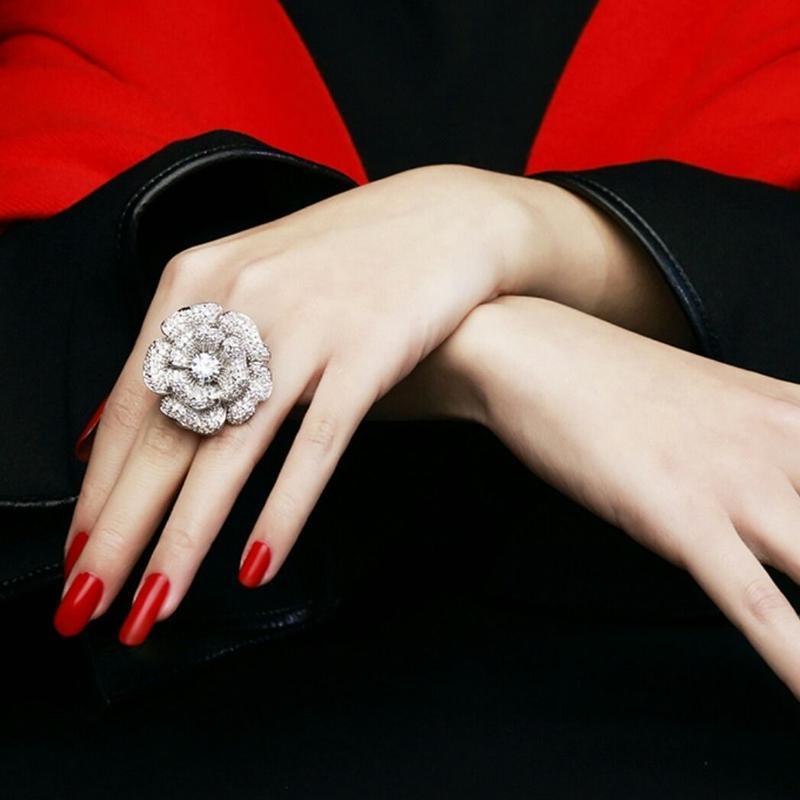 パーティーコーデにリュクスクリアビジュー大きい花リング指輪