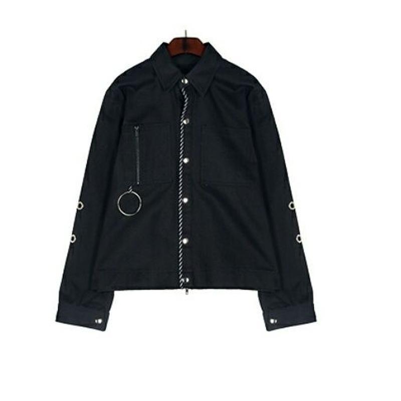バックジップアップディテールもこだわった黒デニムジャケット