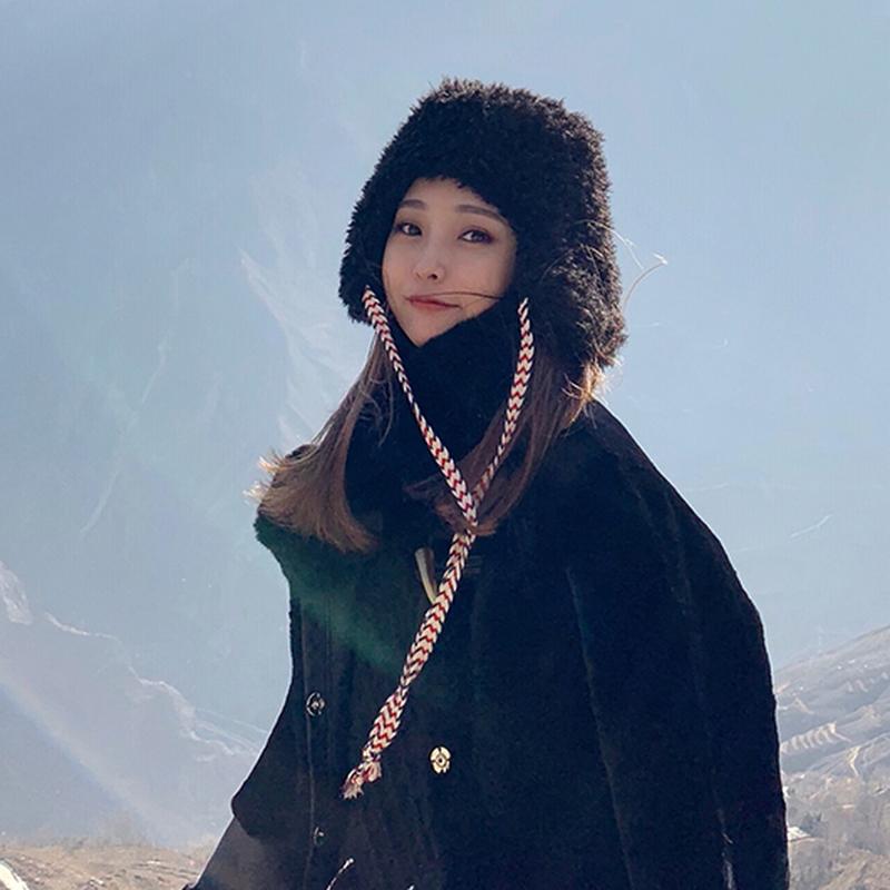 耳まで温かいフォークロア風紐付きフェイクファー帽ベージュ/黒