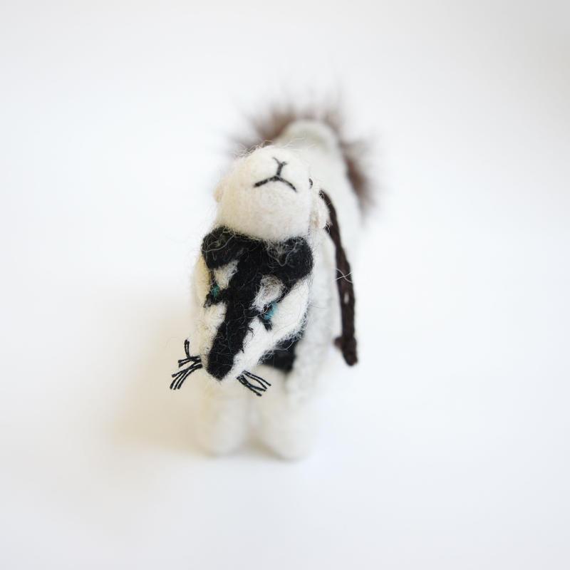 置物 羊を着たオオカミ アルパカのフェルト人形_LN004-BK