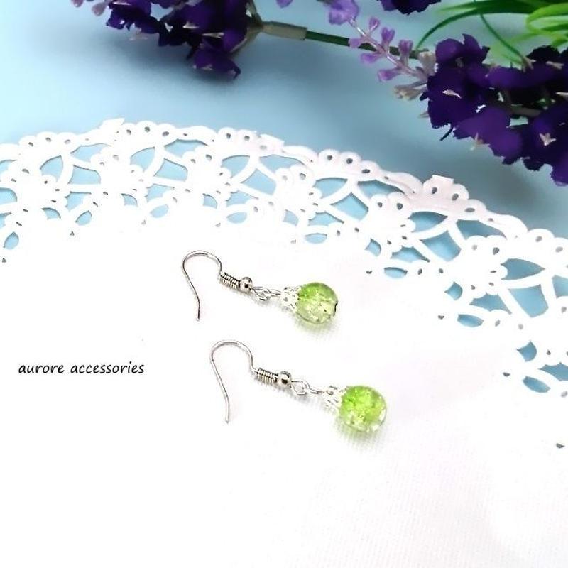 green pierced earrings クラックビーズのピアス 黄緑