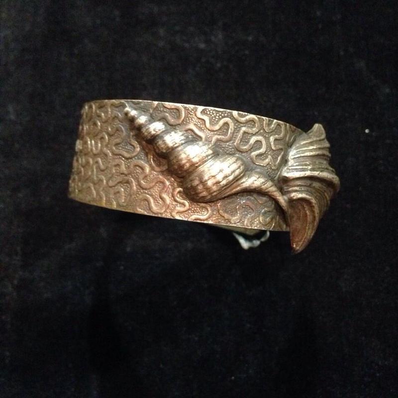 Vintage shell motif bangle