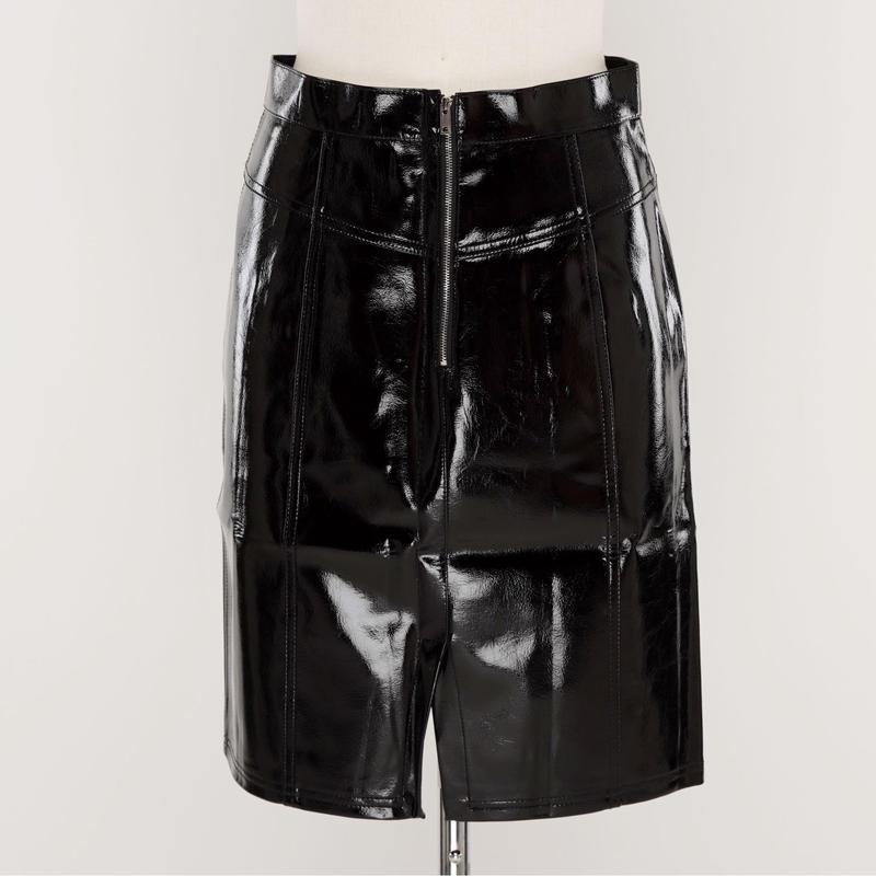 エナメルタイトスカート