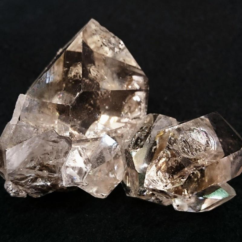 【大小の結晶が連結したユニークな形!】スモーキークォーツも若干含まれている透明感も抜群☆ハイクオリティー「ハーキマーダイヤモンド」