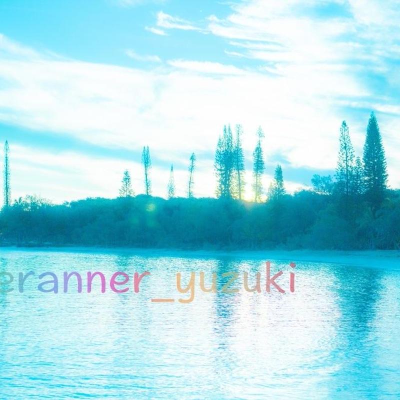 淡いブルーの海と空の写真