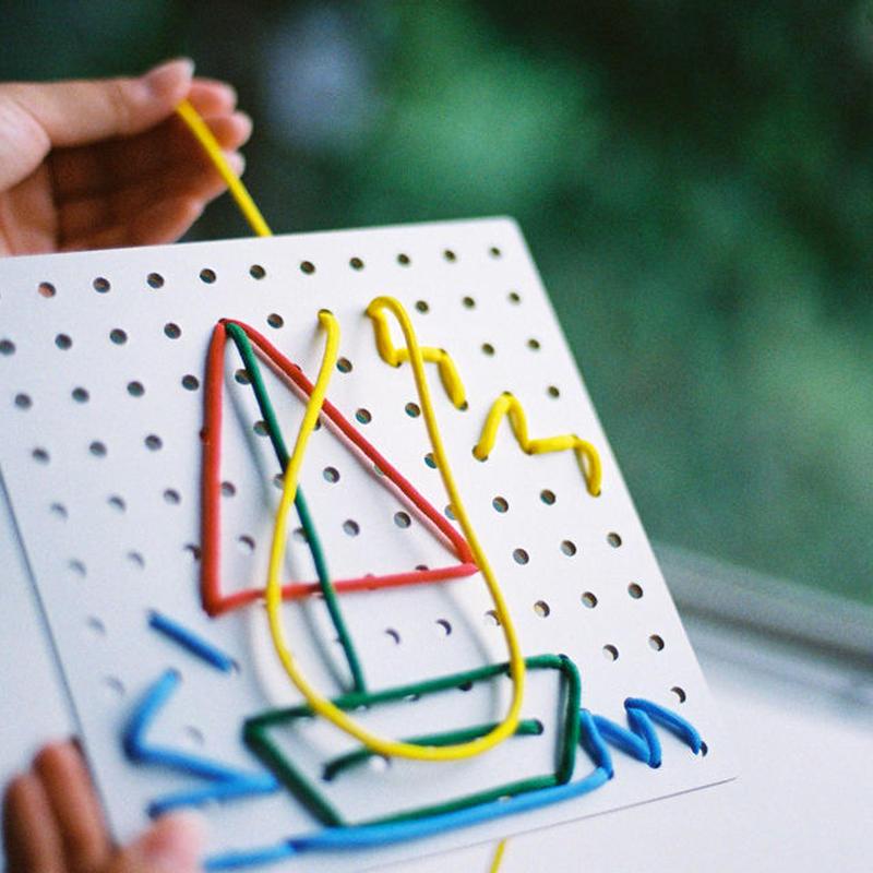 〈3才 - 8才〉【指先を使う玩具】【色・形の構成遊び玩具】ひも通しホワイトボード