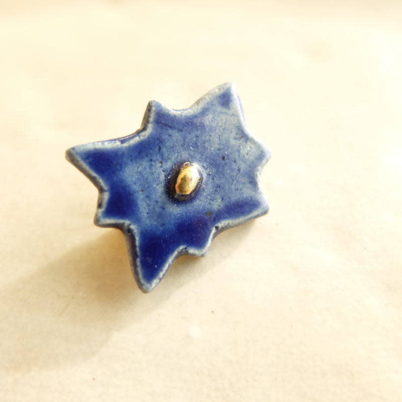 深い青の花のブローチ(陶)