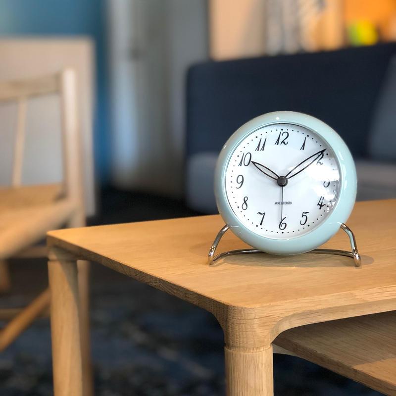 【アルネ・ヤコブセン】2018年限定色!北欧デザインのテーブルクロック-LK-※再入荷