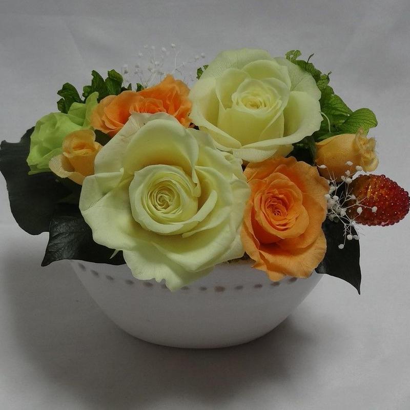 黄色のバラとベリーピック。
