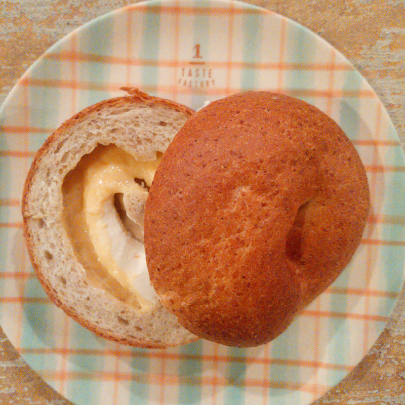Wクリーム(カスタード・クリームチーズ)ライ麦生地