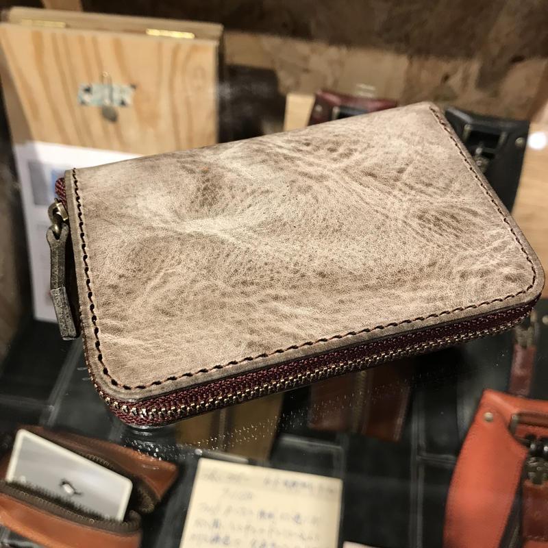 【ラウンドジップ ラウンドミニ財布】アラスカ×マレンマ赤茶