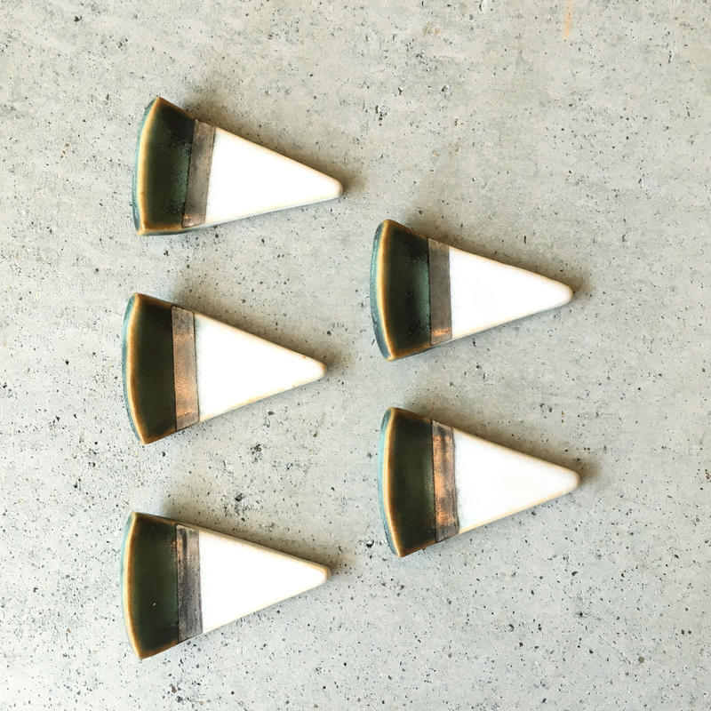 THE ACE SHOP | 徳田吉美 イングレイズド箸置き(酸化銅/三角)