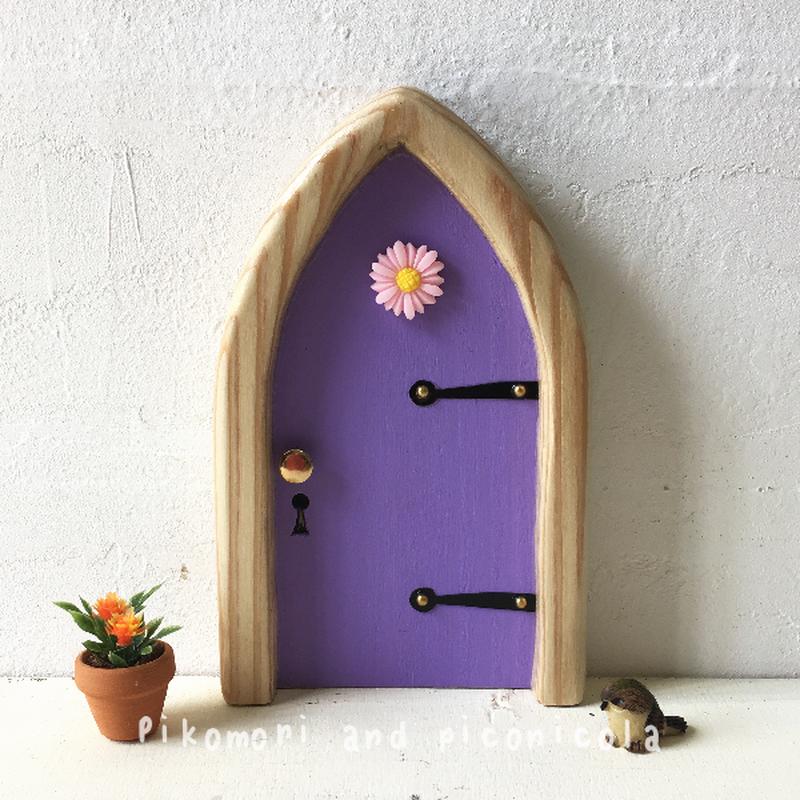 アーチフラワーの紫色の扉