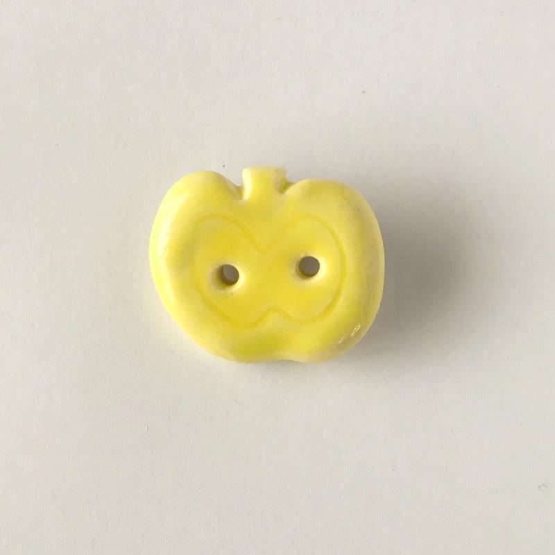 陶器ブローチ・りんご/yellow