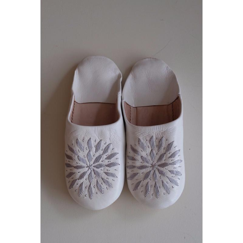 モロッコバブーシュ・白×グレー刺繍