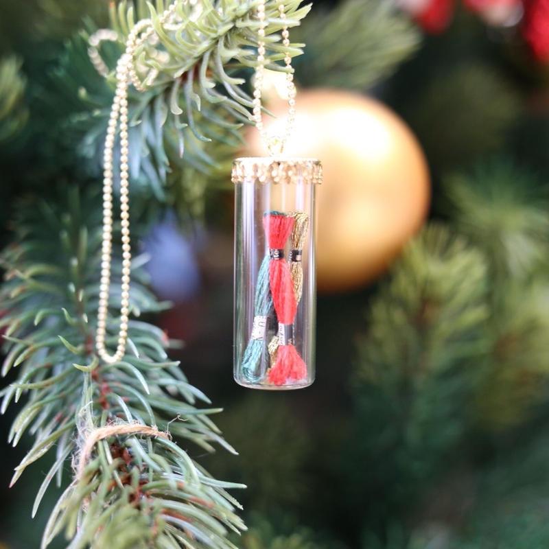 ミニチュア刺しゅう糸のグラスドームペンダント クリスマスツリー