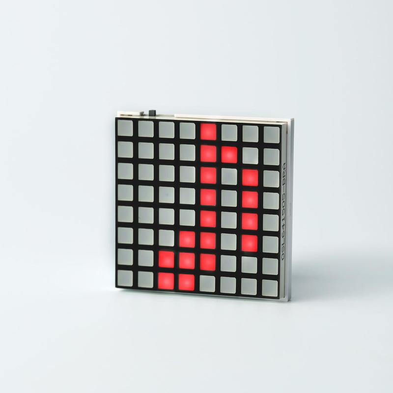 Hicarix Badge(RED) - アプリで書換え電光掲示板バッジ