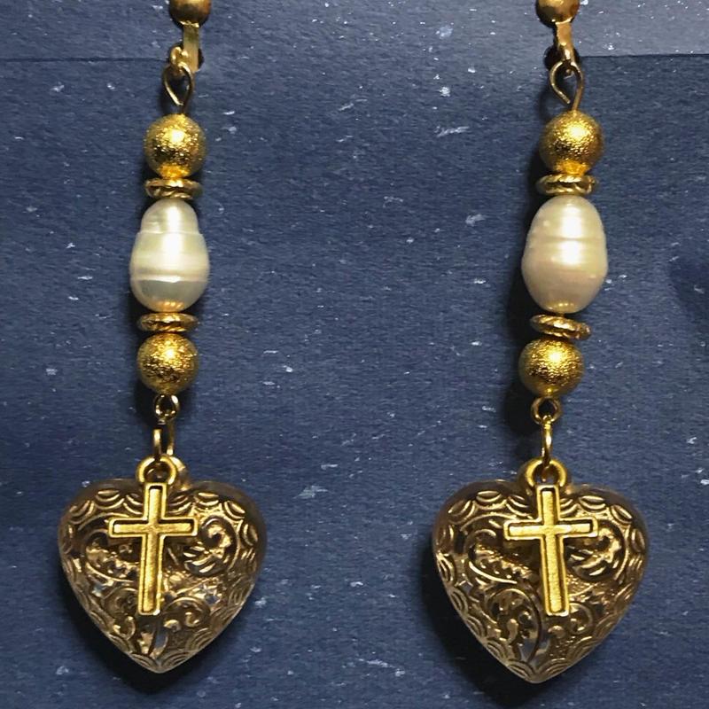 十字架とハートイヤリング