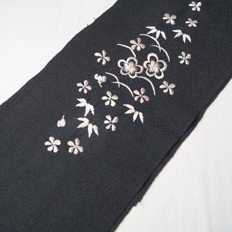 【半衿】黒縮緬地 梅に笹文 刺繍 化繊