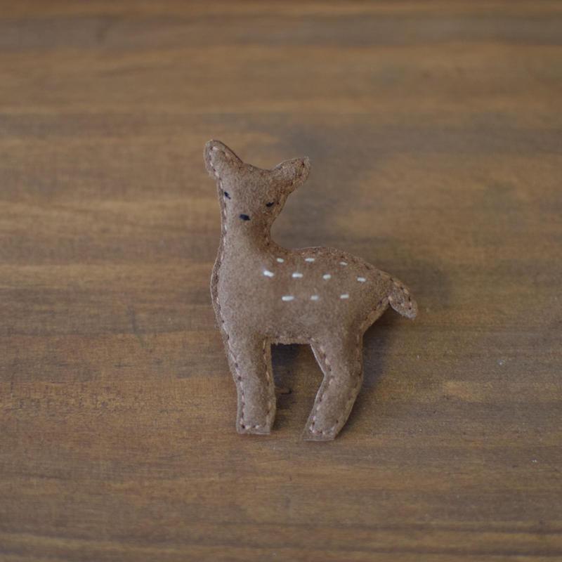 ブローチ 鹿