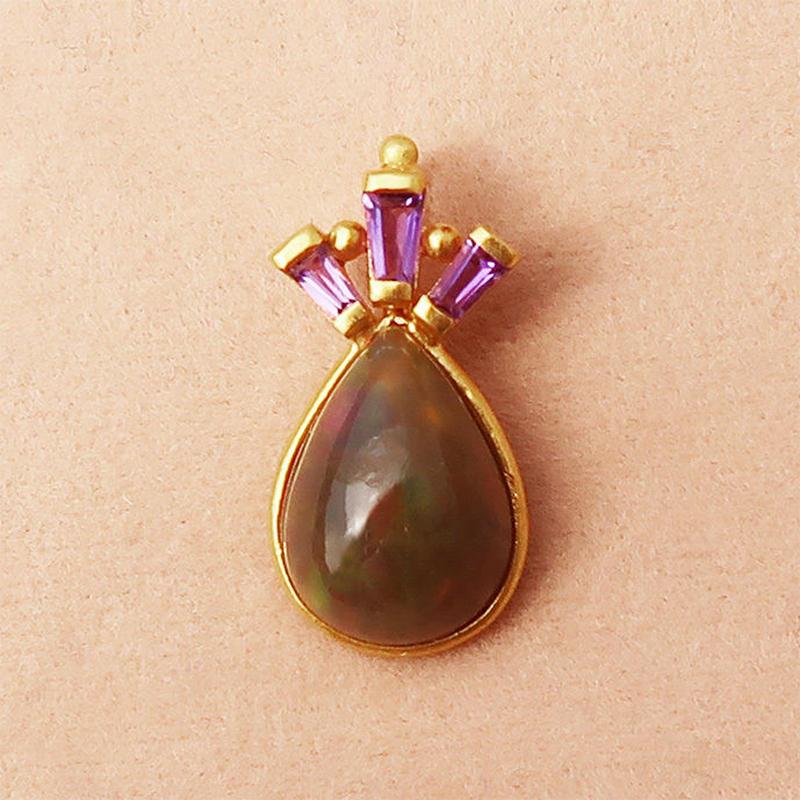 Peacock Crown { Pendant } black opal. K18