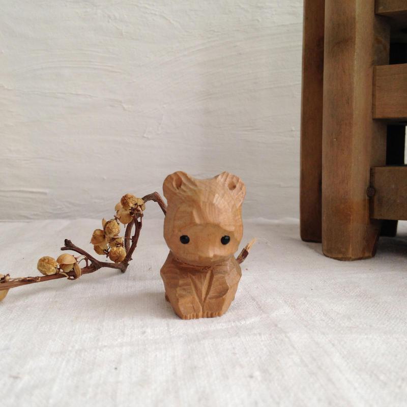 お行儀がよい木彫クマ(白)