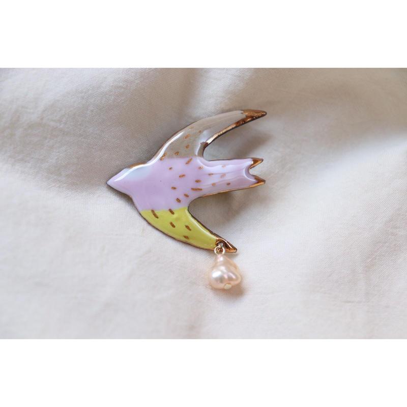 ツバメのブローチ (brown,pink,yellow)