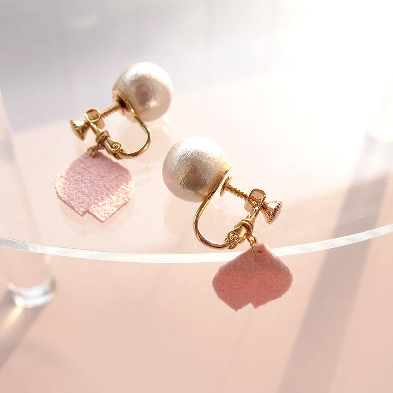 桜の花びら揺れるイヤリング(受注製作)