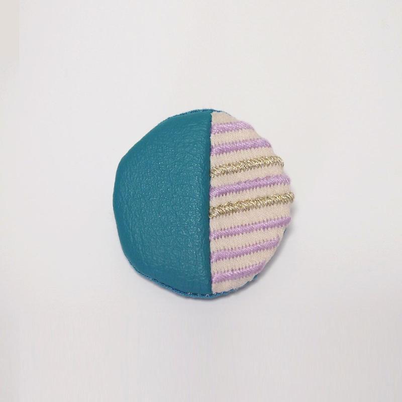 ストライプ刺繍の丸いブローチ002号【送料無料】