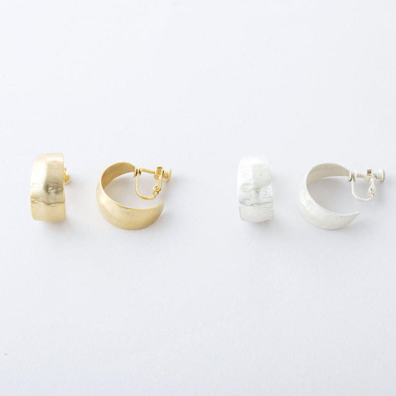 クレセントフープイヤリング / Brass Hammered crescent hoop Earring