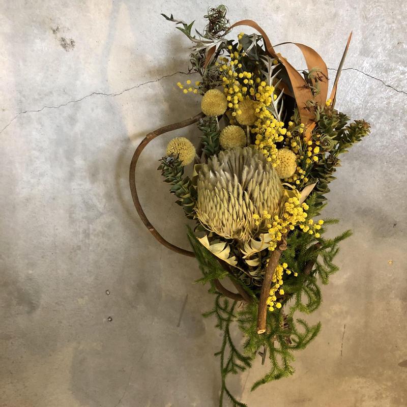 ミモザとバンクシアの蔓のリース