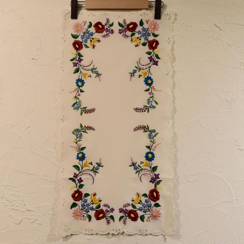 ハンガリー カロチャ刺繍 テーブルクロス お花たっぷり