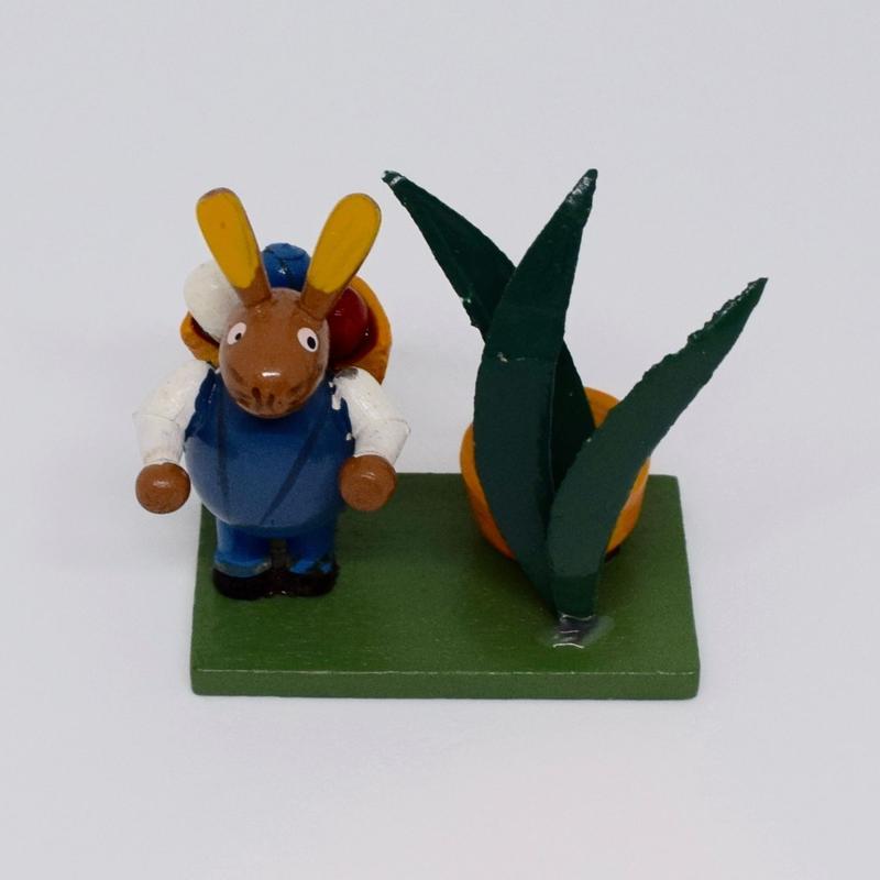 ドイツ たまごを担いだウサギ 木の置物