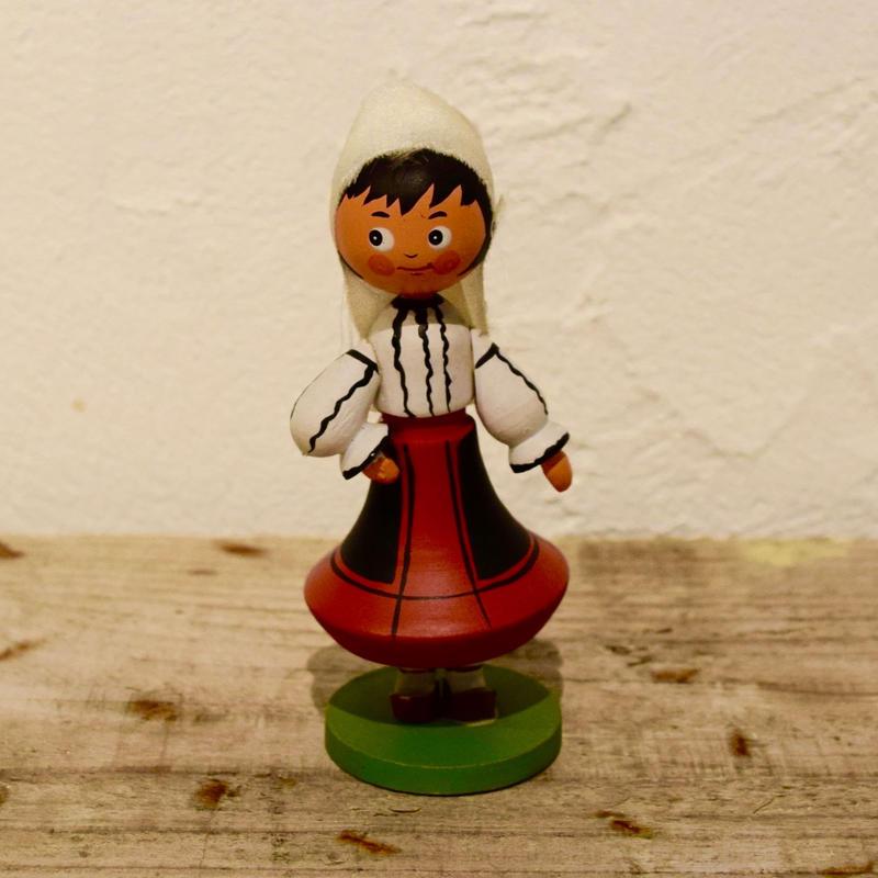 ハンガリー 民族衣装の女の子 赤いスカート