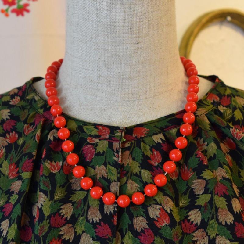 ハンガリー ころころ木の実みたいなネックレス 赤