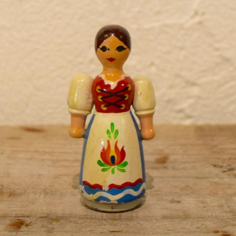 ハンガリー 小さな民族衣装の女性