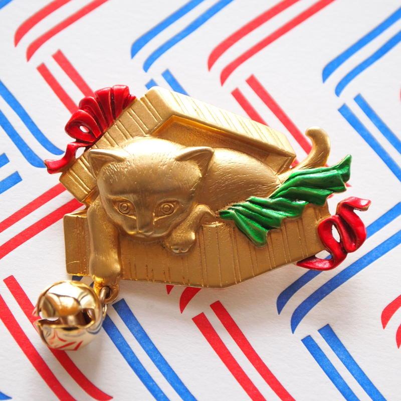 JJ ヴィンテージブローチ 子猫とギフトボックス 3 GOLD