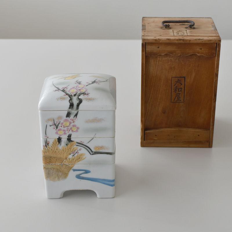 古道具部 手提げ木箱入り 磁器三段重箱「梅に鶯 蕗の薹」