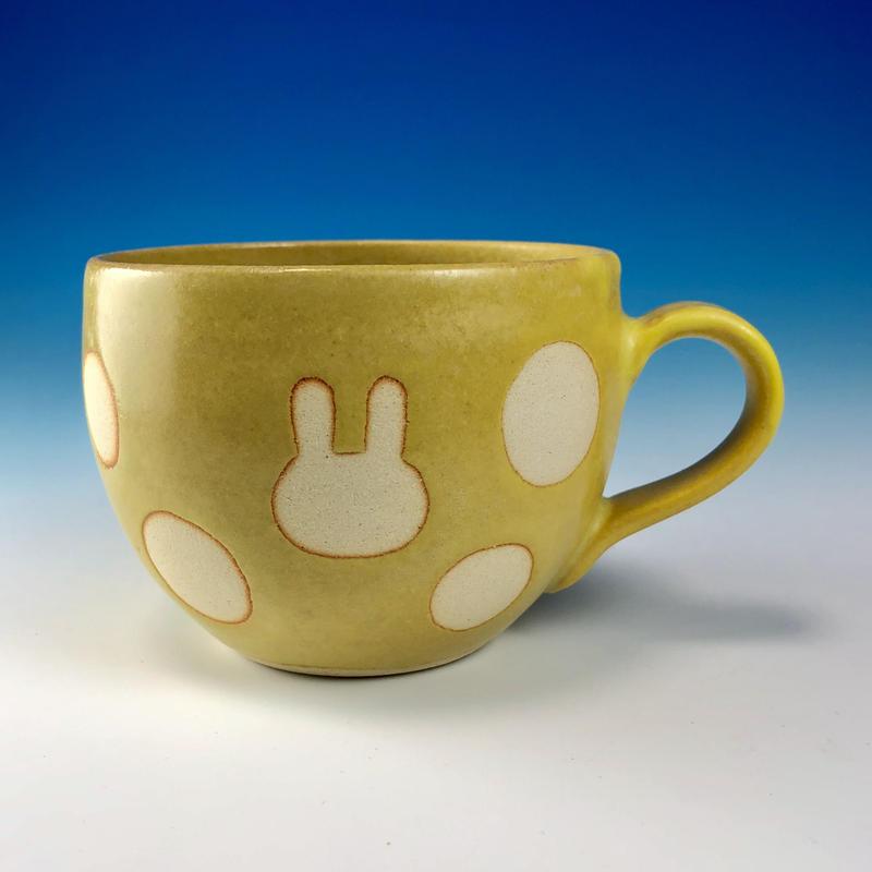 【M224】丸いフォルムのうさぎ水玉模様のマグカップ小(イエロー・うさぎ印)