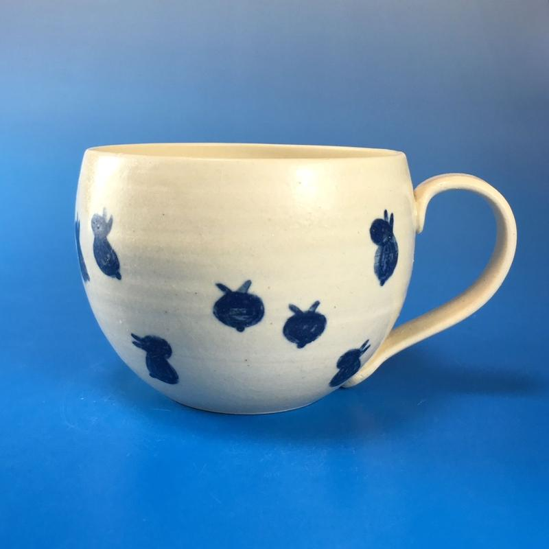 【M051】丸いフォルムの豆うさぎ柄の大マグカップ(呉須手描き・うさぎ印)