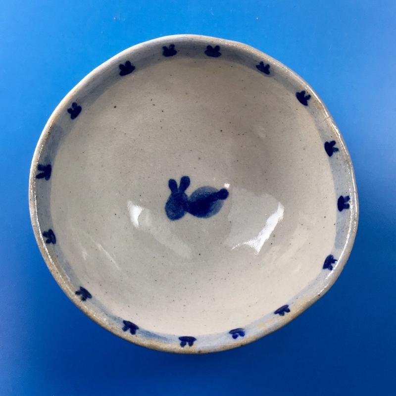 【K005】うさぎ柄の手びねり足付き小鉢(呉須手描き)